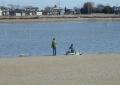 干潟で釣りをする人