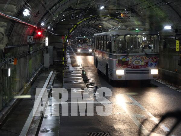トンネル内で交換するトロリーバス