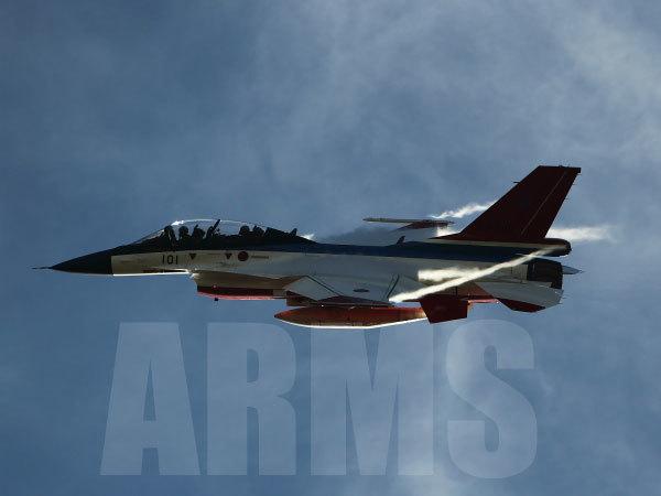 旋回するF-2戦闘機