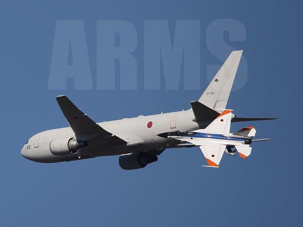 KC767から空中給油の訓練をするF-2戦闘機
