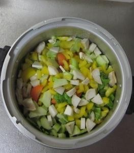 朝の野菜スープを煮込む準備