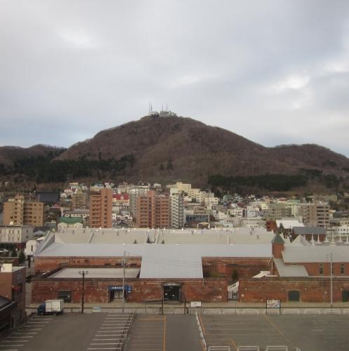 ホテルの窓から正面に見える函館山ロープウエイ