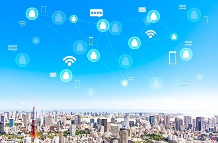 青空の街の風景とSNSコミュニケーション画像