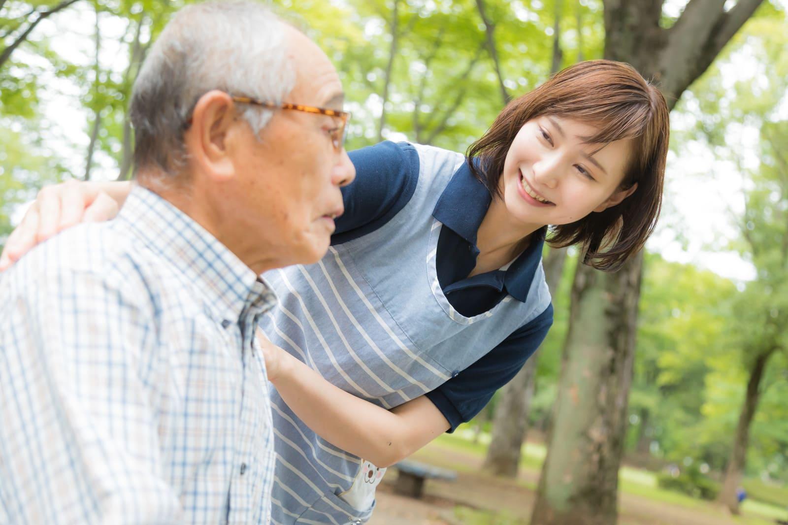 老人を介護する女性
