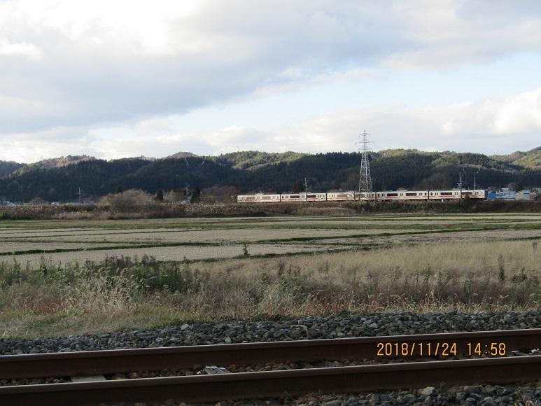 電車と山並み