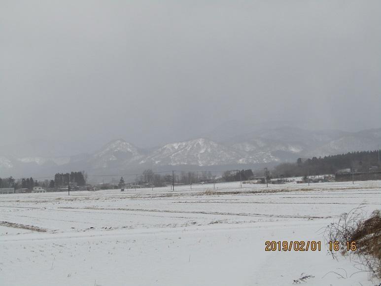 雪の田んぼと山1