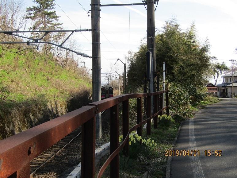 列車、跨線橋を抜ける。