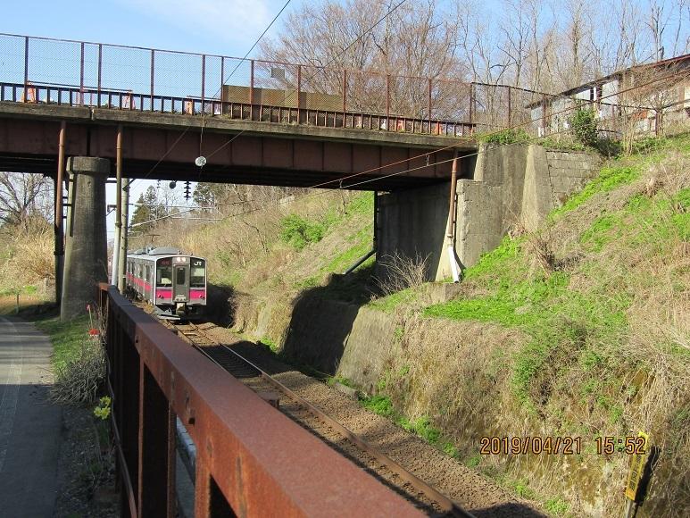 列車、跨線橋に入る