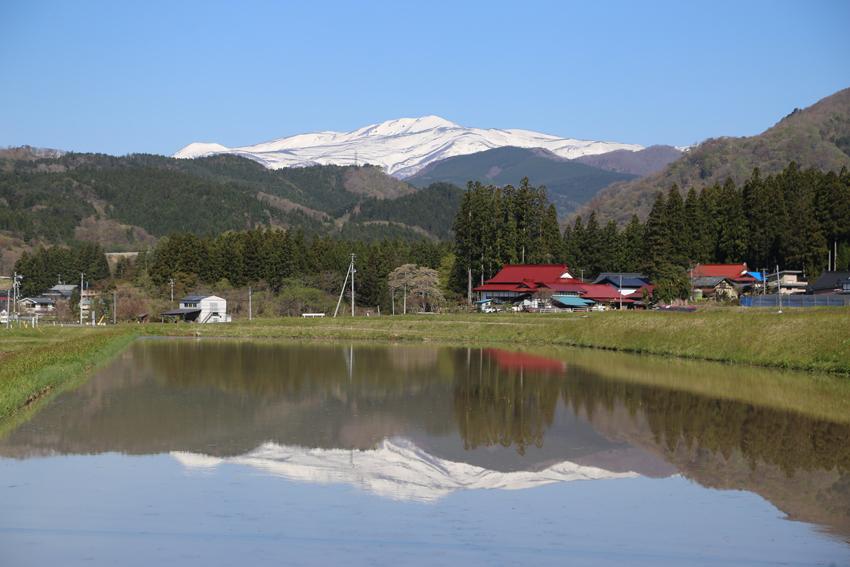 20190429水田に写る栗駒山