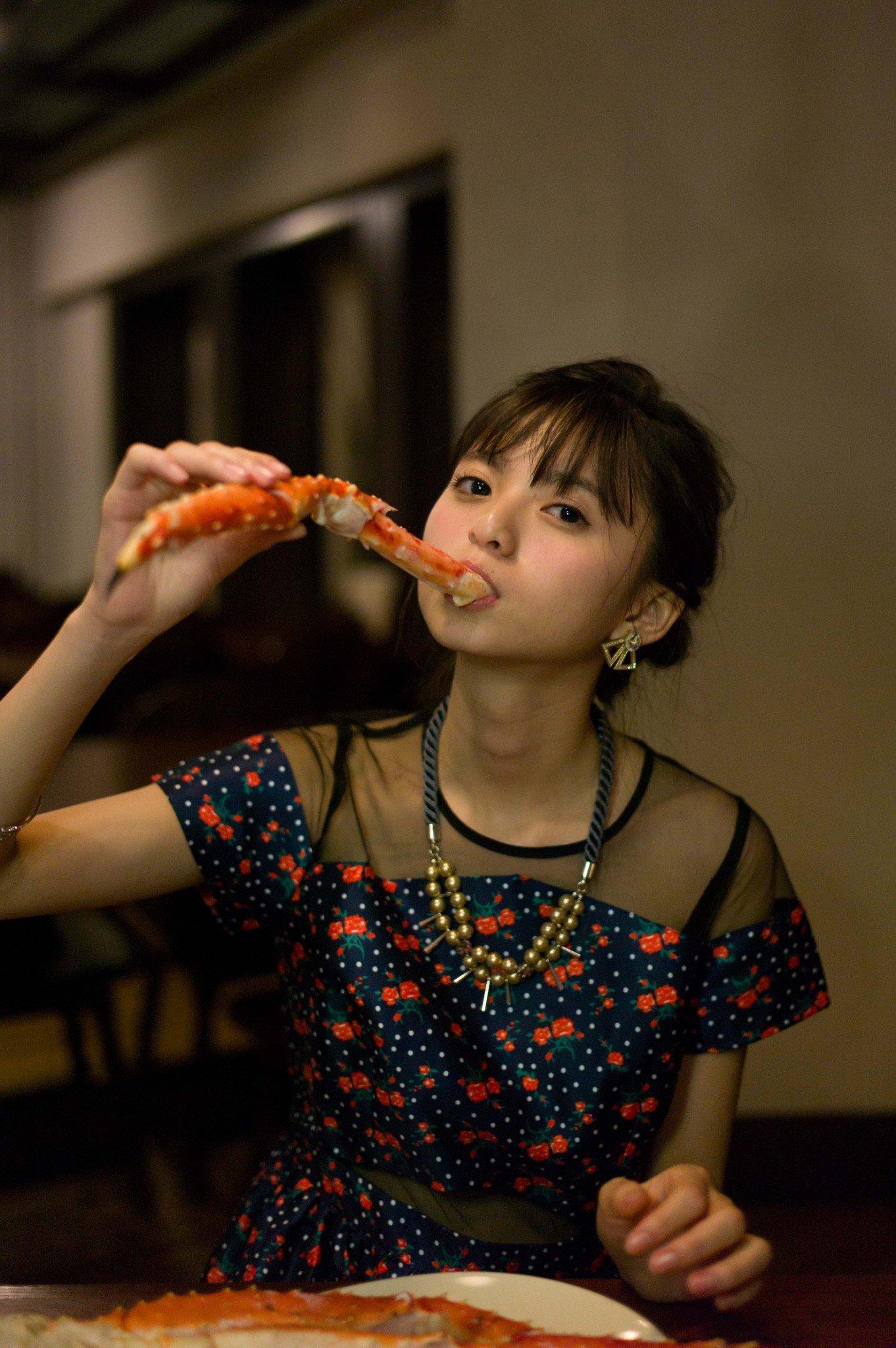 カニを食べる齋藤飛鳥