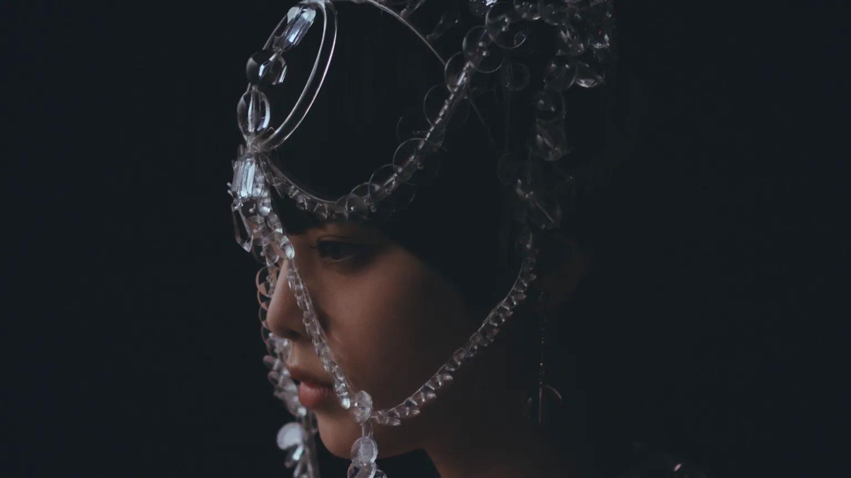 欅坂46の平手友梨奈が「アンリアレイジ」2019年春夏コレクションのコンセプトムービーに出演