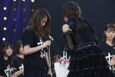 号泣する桜井玲奈に「ありがとう」と伝えて花を手渡す若月佑美