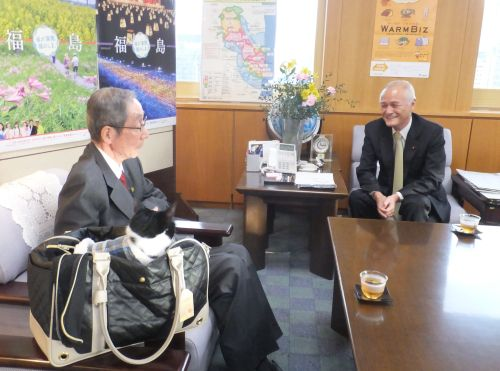山本大臣訪問小川大使と 真剣に話を聞くジャンヌ 500