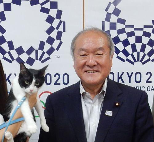 オリンピック大臣 鈴木俊一大臣と猫ジャンヌダルク 500