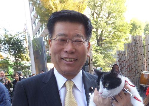 衛藤晟一先生と猫ジャンヌ 500
