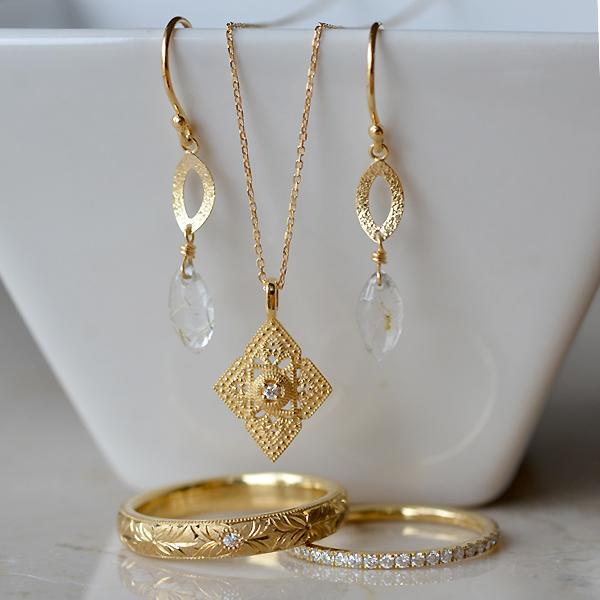 K18YG製イエローゴールドダイアモンド彫金リング指輪ハーフエタニティリングペンダントネックレスルチルクォーツピアス