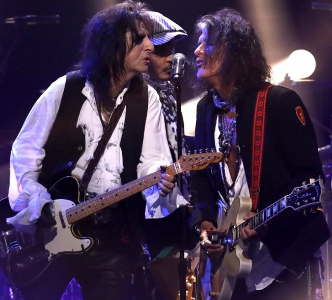 johnny-depp-hollywood-vampires-cover-david-bowies-heroes-on-late-late-show-04nn.jpg