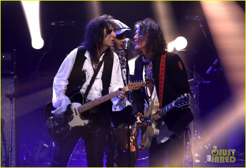 johnny-depp-hollywood-vampires-cover-david-bowies-heroes-on-late-late-show-04.jpeg