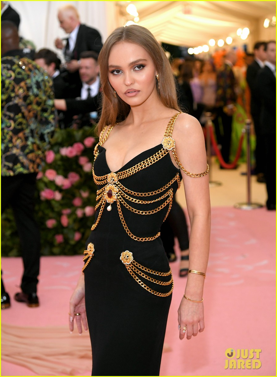 lily-rose-depp-looks-so-mature-at-met-gala-02.jpg