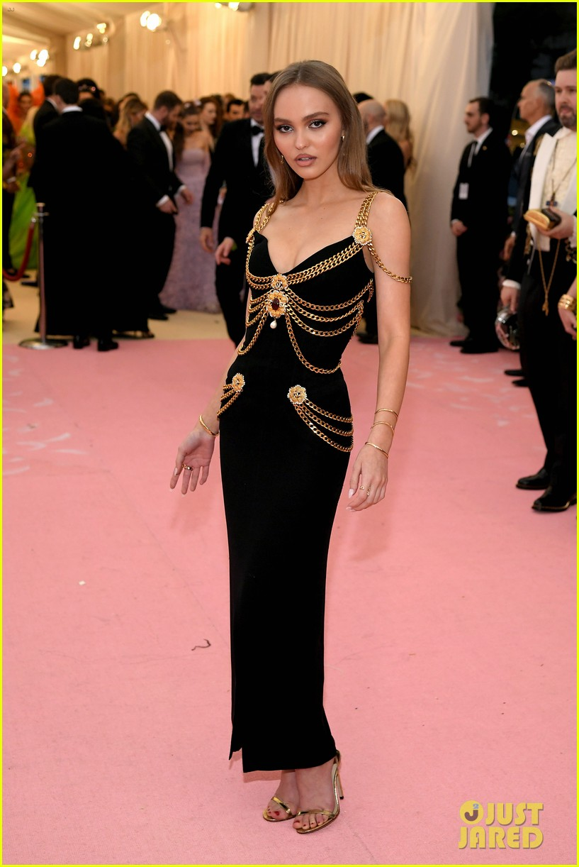 lily-rose-depp-looks-so-mature-at-met-gala-05.jpg