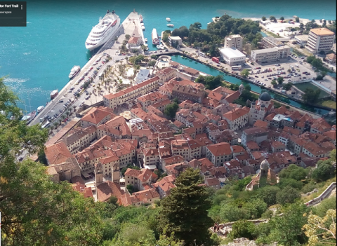 城塞の頂上からの旧市街とコトル湾の絶景