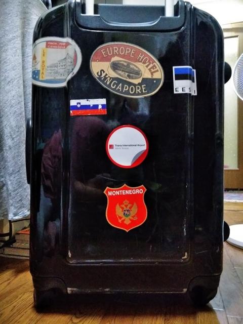 モンテネグロのステッカーをスーツケースに貼りました!