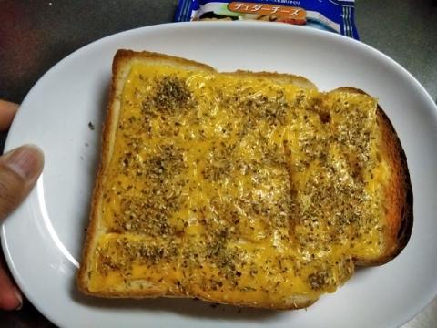 チェダーチーズのオレガノチーズトースト2