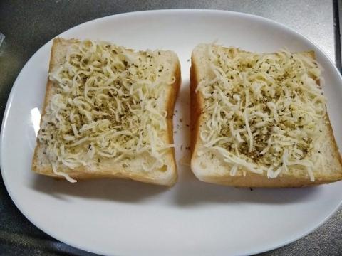 オレガノチーズトーストを食べてます!1