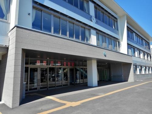 石山緑小学校 玄関