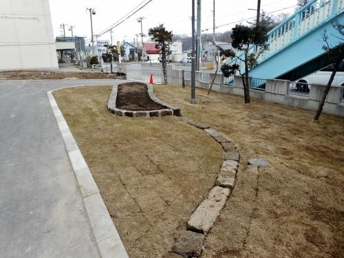 石山緑小学校 前庭 軟石
