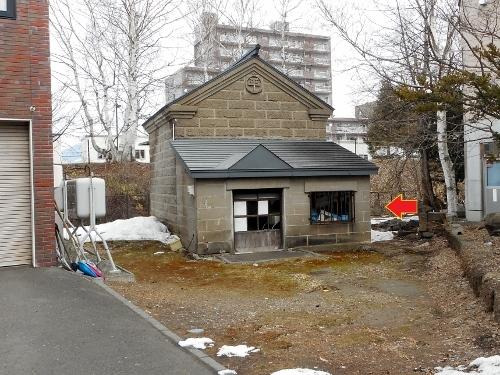 石山1条 Hさん宅 石蔵の傍らに建つ碑