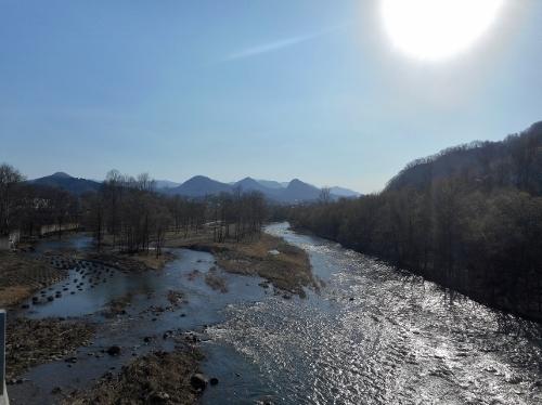 石山大橋から豊平川上流を眺める