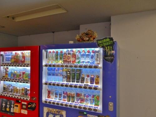 札幌 街中のビル地下1階 自販機の上の置物