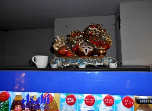 札幌 街中のビル地下1階 自販機の上の置物 接写