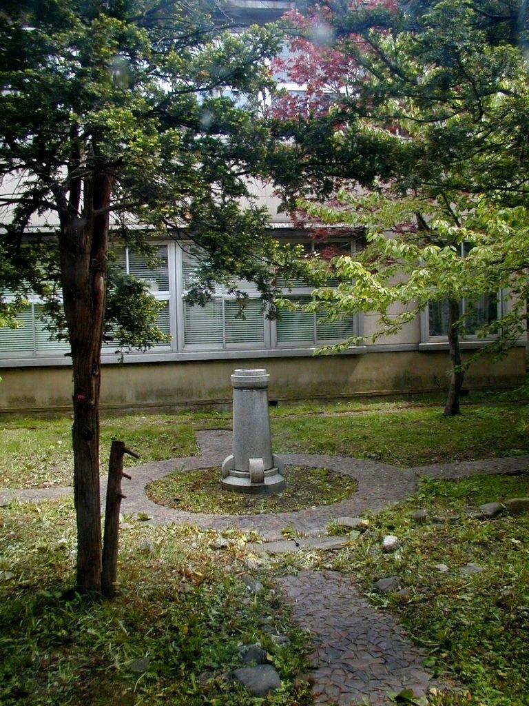道警琴似庁舎 中庭 旧工業試験場当時のモニュメント 2002年