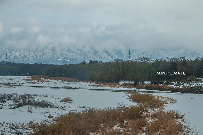 彦根に向かう電車の車窓より雪景色を望む