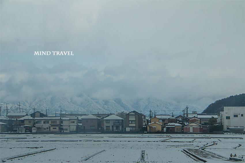 彦根に向かう電車の車窓より雪景色を望む2