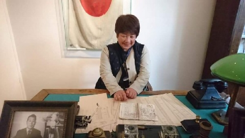 01d 600 20181015 Ms MY at 杉原千畝desk