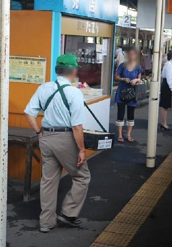 01b 500 selling bento at station