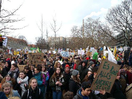 04a 500 students strike Berin