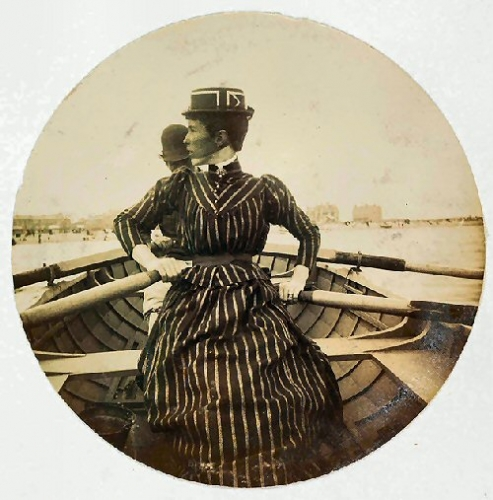 03c 500 woman in a rowing boat