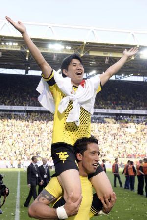 Kagawa and Lucas Barrios wining bundesliga