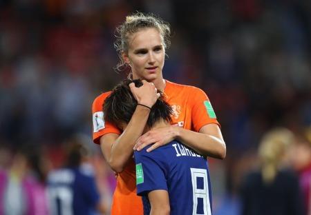 viv consoling iwabuchi her former bayern teammate