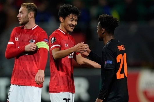 Yukinari Sugawara vs Manchester United angel gomes