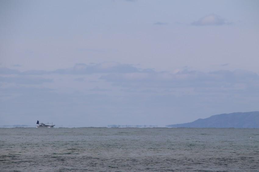 日本海をゆく漁船