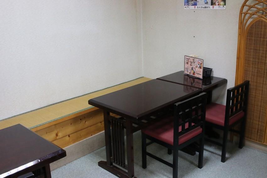 山六水産直営食堂店内テーブル席