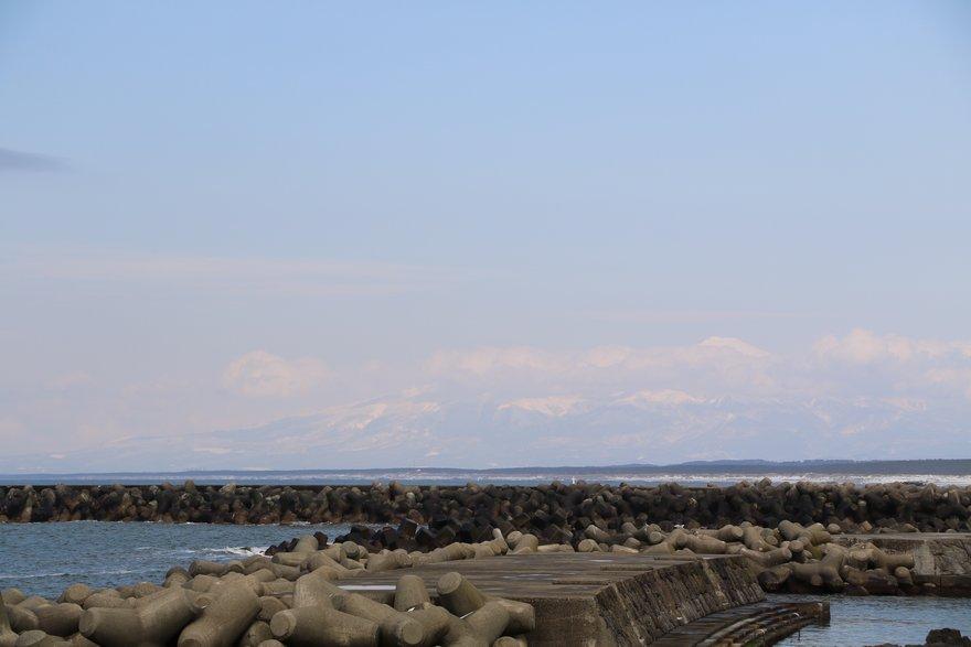 加茂水族館近くから見える鳥海山