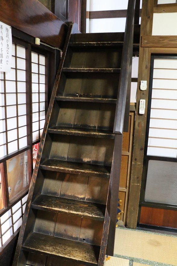 えんや内にある階段