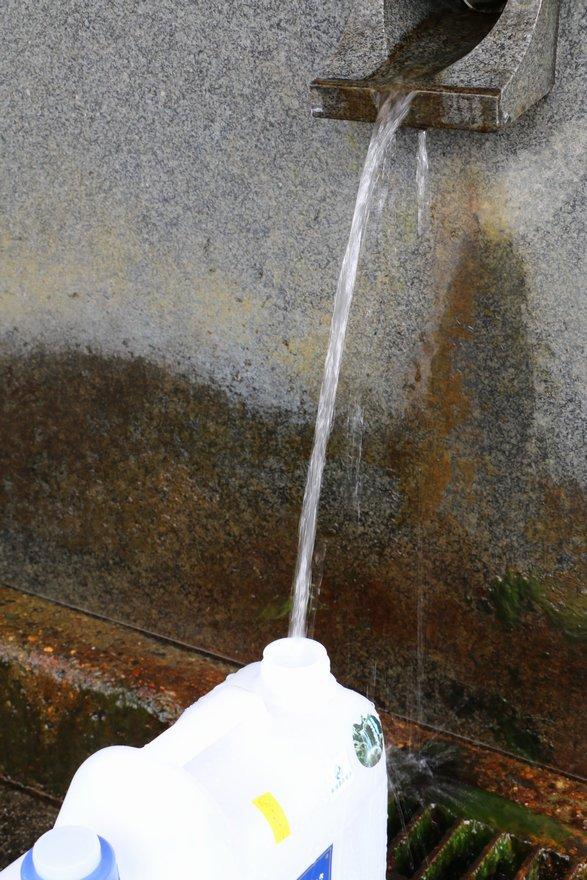 岩瀬の清水を汲む