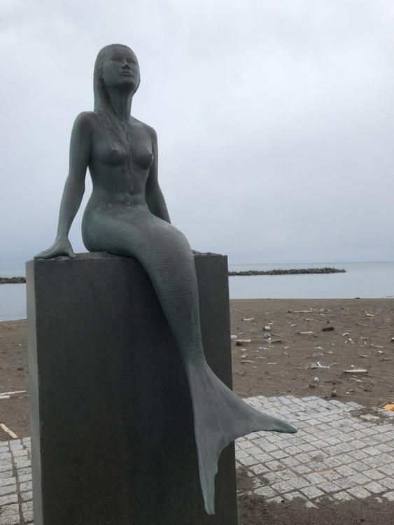 鵜の浜海水浴場入口にある人魚像